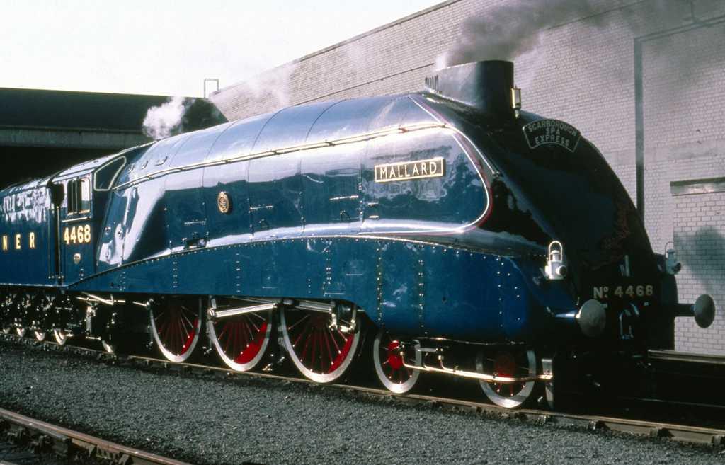 Bigjigs Rail dřevěná replika lokomotivy - Mallard + 3 koleje