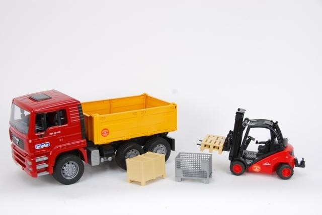 Bruder -  Nákladní auto MAN TGA s vysokozdvižným vozíkem a paletami